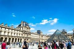 Paryż FRANCJA, MAJ, - 27, 2015: Louvre w Paryż na słonecznym dniu z niebieskim niebem Zdjęcie Royalty Free