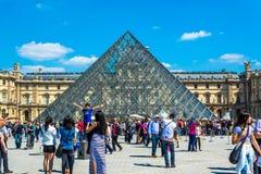 Paryż FRANCJA, MAJ, - 27, 2015: Louvre w Paryż na słonecznym dniu z niebieskim niebem Zdjęcia Royalty Free