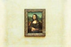PARYŻ FRANCJA, MAJ, - 01, 2018: Mona Lisa, los angeles Joconde Leonardo Da Vinci w biel ściany tle w louvre obrazy royalty free