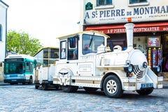 Paryż Francja, Maj, - 27, 2015: Stary turystyczny lokomotywa pociąg przy Montmartre w Paryż Fotografia Royalty Free