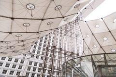 Paryż, Francja, Marzec 31 2017: Chromuje budowę dźwignięcia grande arche przy losem angeles Dfense w Paryż Zdjęcie Stock
