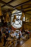 Paryż, Francja, Marzec 28 2017: Giganta zegar dOrsay z niezidentyfikowanymi ludźmi Musee Ja mieści w poprzednim Gare d ` Orsay Zdjęcie Stock