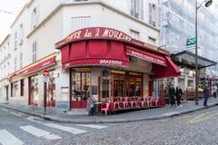 Paryż, Francja, Marzec 26, 2017: Kawiarni des 2 Moulins francuz dla ` Dwa wiatraczków ` jest kawiarnią w Montmartre Obraz Royalty Free
