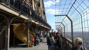 Paryż Francja, Marzec, - 31, 2019: Ludzie wizyty wieży eiflej obserwacji pokładu zdjęcie wideo