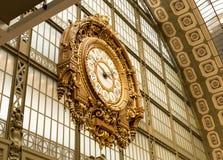 Paryż, Francja, Marzec 31 2017: Złoty zegar muzealny d ` Orsay Musee d ` Orsay jest muzeum w Paryż, na lewicie Fotografia Royalty Free