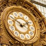 Paryż, Francja, Marzec 28 2017: Złoty zegar muzealny d ` Orsay Musee d ` Orsay jest muzeum w Paryż, na lewicie Obrazy Stock