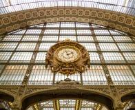 Paryż, Francja, Marzec 28 2017: Złoty zegar muzealny d ` Orsay Musee d ` Orsay jest muzeum w Paryż, na lewicie Obraz Royalty Free