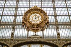 Paryż, Francja, Marzec 28 2017: Złoty zegar muzealny d ` Orsay Musee d ` Orsay jest muzeum w Paryż, na lewicie Obrazy Royalty Free