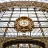 Paryż, Francja, Marzec 28 2017: Złoty zegar muzealny d ` Orsay Musee d ` Orsay jest muzeum w Paryż, na lewicie Zdjęcia Stock