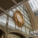 Paryż, Francja, Marzec 28 2017: Złoty zegar muzealny d ` Orsay Musee d ` Orsay jest muzeum w Paryż, na lewicie Zdjęcie Stock