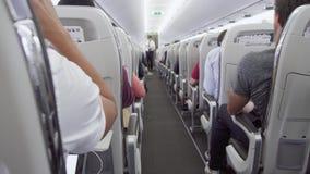 PARYŻ, FRANCJA OKOŁO Sierpień 2017: Inside widok samolotowa nawa podczas lota Pasażery w siedzeniach zbiory