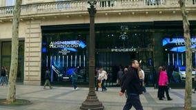 PARYŻ FRANCJA, PAŹDZIERNIK, - 7, 2017 Peugeot sala wystawowej witryna sklepowa na sławnych czempionach ulicznych zdjęcie stock