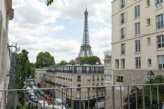 Paryż, Francja 02 Paris Czerwiec 2018 mała ulica z widokiem na sławny Paris eifel wierza na chmurnym letnim dniu z niektóre świat Zdjęcia Stock