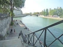 Paryż, Francja, Sierpień 18 2018: ludzie siedzi i chodzi wzdłuż rzeki strony zdjęcia stock