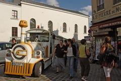 PARYŻ, FRANCJA, Sierpień 19, 2014 Mały pociąg dla turystów zatrzymuje i Obrazy Royalty Free