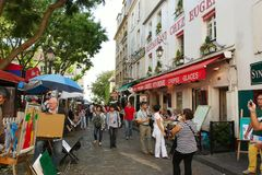 PARYŻ FRANCJA, Sierpień, - 19, 2014 Turyści chodzi na Montmartre Fotografia Stock
