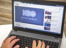 Paryż Francja, Styczeń, - 27, 2017: Obsługuje używać YouTube i laptop oglądać HBO przyczepę duże emitować w telewizji serie wszys zdjęcia royalty free