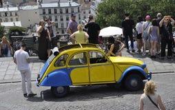 Paryż, Lipiec 17: Antyczny samochodu przód bazylika Sacre Coeur od Montmartre w Paryż Zdjęcia Royalty Free