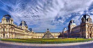 PARYŻ, LIPIEC - 04, 2010: Louvre muzeum przy nocą na Wrześniu, PARI zdjęcie stock