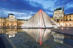 Paryż - louvre muzeum z ostrosłupem, Francja obraz stock