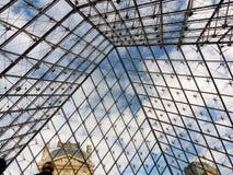 Paryż - niebo od szklanego ostrosłupa Zdjęcie Royalty Free