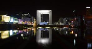 Paryż: przy noc nowożytna architektura Zdjęcia Royalty Free