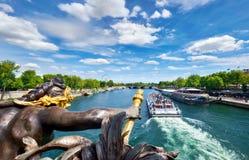 Paryż, widok pasażerska łódź od Aleksander III mosta Obraz Stock