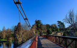 Paryż - zawieszenie most - Parc des Buttes Chaumont fotografia royalty free