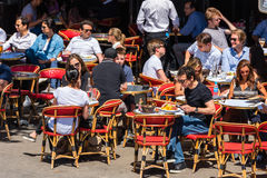Paryżanie i turyści cieszą się jedzenie i napoje w kawiarni Obraz Stock