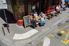 Paryżanie i turyści cieszą się jedzenie i napoje w kawiarni Fotografia Royalty Free
