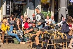Paryżanie i turyści cieszą się jedzenie i napoje w cukiernianym chodniczku wewnątrz Zdjęcia Royalty Free