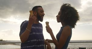 Pary łasowania lody rożek przy plażą 4k zbiory wideo