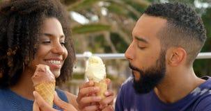 Pary łasowania lody rożek przy plażą 4k zdjęcie wideo