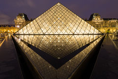 PARYŻ, APR - 14: Louvre muzeum Zdjęcia Stock