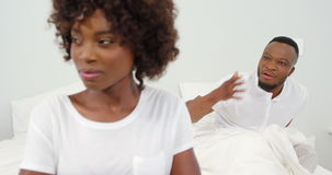 Pary argumentowanie na łóżku zbiory wideo