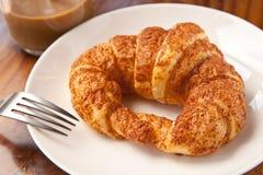 Pary ?asowania ?niadaniowy croissant z kaw? obrazy royalty free