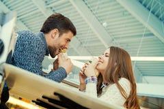 Pary łasowanie w fast food restauraci Zdjęcie Stock