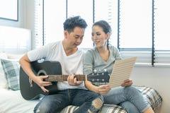 Pary bawić się gitarę zdjęcie stock