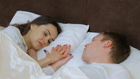 Pary bliskości miłości dotyka chwyta ręki romansowy łóżko zbiory