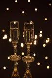 Pary bocal wypełniający z szampanem w światłach Zdjęcia Stock