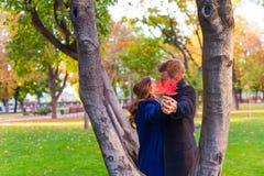 Pary całowanie blisko drzewa Zdjęcia Stock