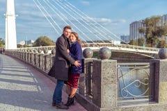 Pary całowanie na ulicie Fotografia Stock