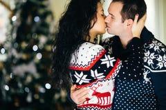 Pary całowanie obok choinki zdjęcie royalty free