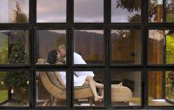 Pary całowanie w glasshouse romansowy czas Fotografia Royalty Free