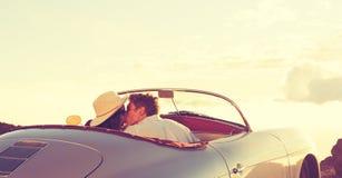 Pary całowanie w Klasycznym roczników sportów samochodzie Obrazy Royalty Free