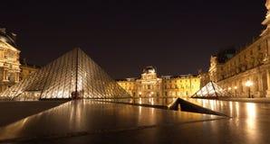 PARYŻ - Czerwiec 1: Louvre muzeum w Paryż, Francja przy nocą na Czerwu obrazy royalty free