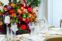 pary dekoraci lal szklany przestawny stołowy ślub Piękny bukiet kwiaty na ta zdjęcie stock