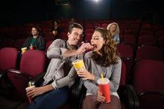 Pary dopatrywania film w theatre zdjęcie stock