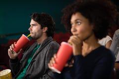 Pary dopatrywania film w theatre obrazy stock