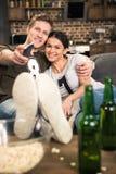 Pary dopatrywania film z piwem i popkornem Zdjęcie Royalty Free